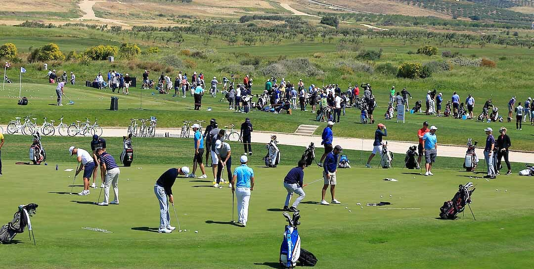 A crowded golf course
