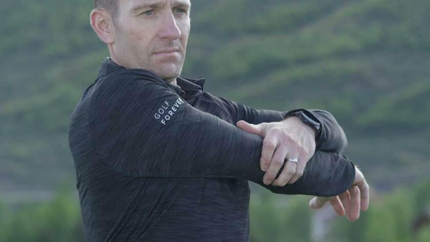 golfer-stretching-before-swinging-clubs.jpg